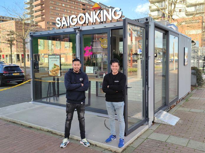"""Eigenaren Vinh Nguyen (rechts) en Khanh Ton: ,,Het lijkt alsof de nieuwe generatie Vietnamezen de kramen niet meer wil overnemen."""""""