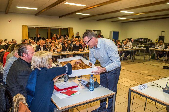 Peter Lagaert trakteert alle raadsleden op taart.