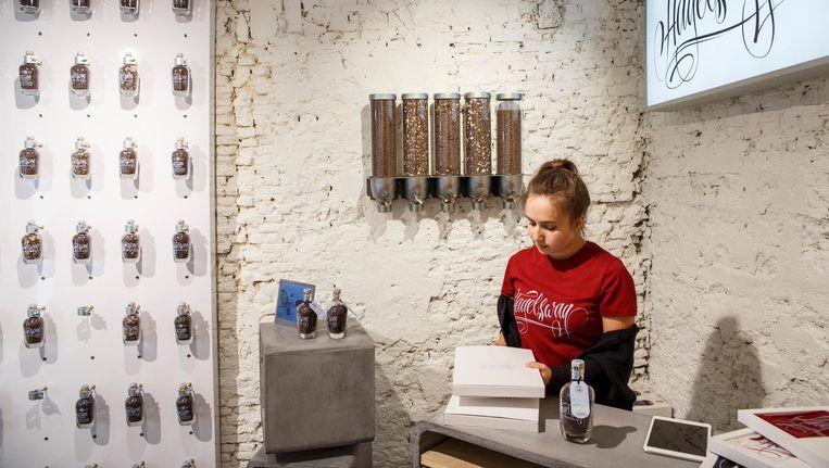 In hun speciaalzaak verkopen ze hagelslag, of eigenlijk brokjes chocolade, in glazen flessen Beeld Carly Wollaert