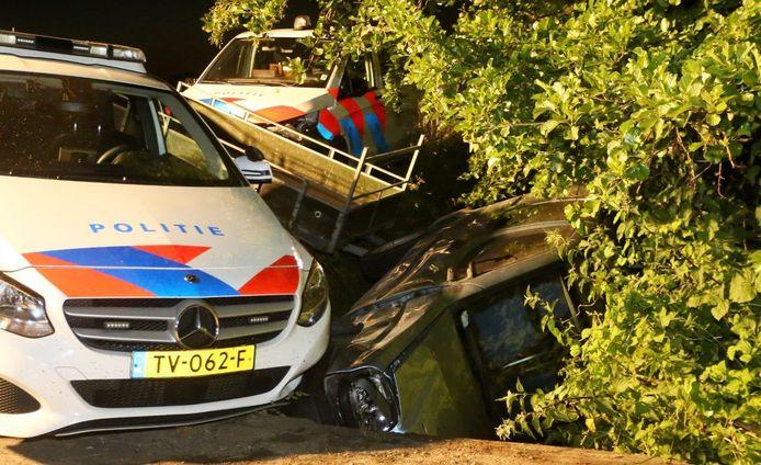De climax van de achtervolging in mei 2020: de politie heeft de op hol geslagen Tielenaar bij Velddriel met aanhanger en al van de weg gereden.