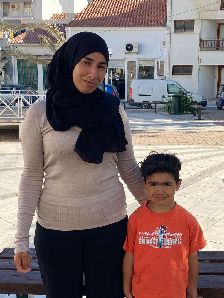 Huda (32) met haar zoon (6). Beeld Thijs Kettenis