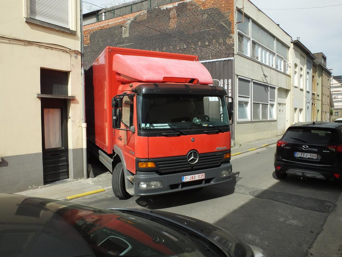 Indien de rijrichting in de Ommegangstraat zou draaien, kan Peter met zijn vrachtwagen zijn parking nog onmogelijk op- of afrijden.