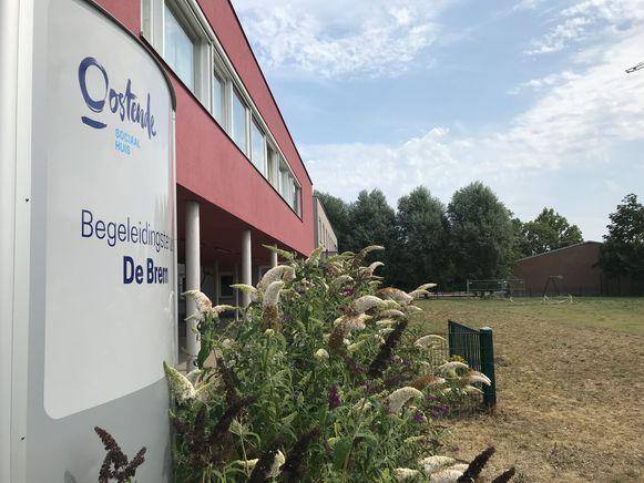 De tuin van begeleidingstehuis De Brem moet beter onderhouden worden, vindt raadslid Karel Labens (sp.a)