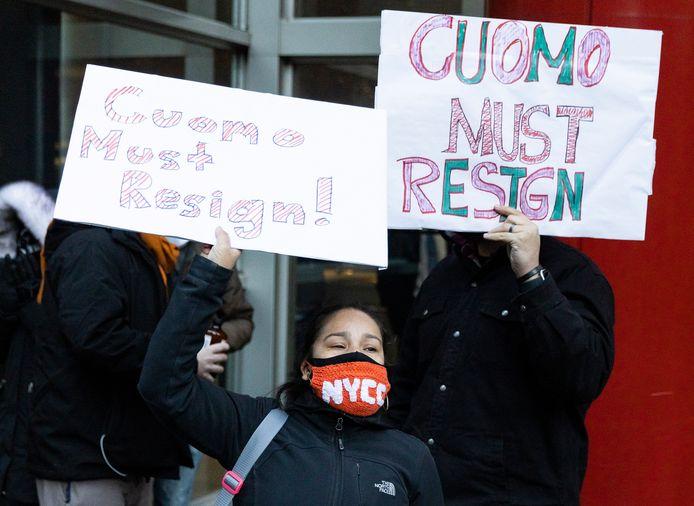 New Yorkers roepen op tot het het ontslag van gouverneur Cuomo.