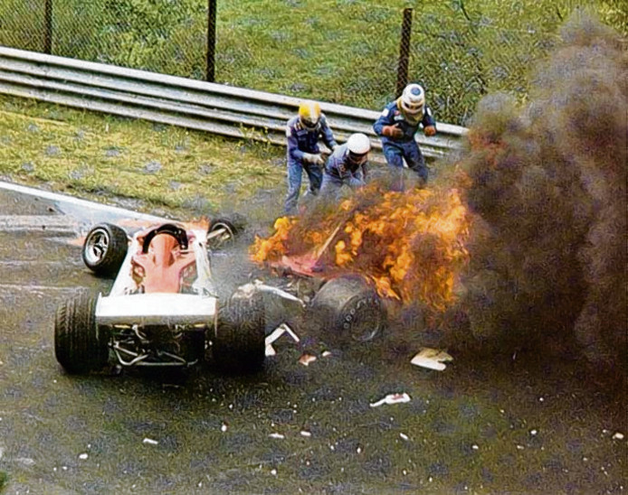De enorme crash van Niki Lauda in 1976. Hij overleefde de brand, maar was getekend voor het leven. Slechts 40 dagen na deze crash stapte hij opnieuw in een F1-wagen.