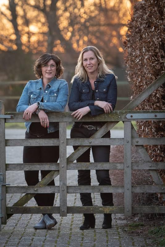 Karolien Hupkes (links) en Brenda Beumer maakten samen het boek 'Ode aan het vee'.