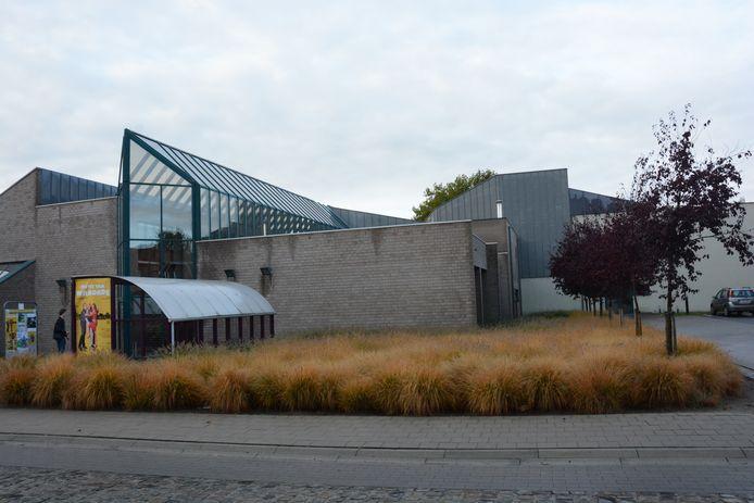 De uitbreiding komt op de parking rechts van de huidige foyer