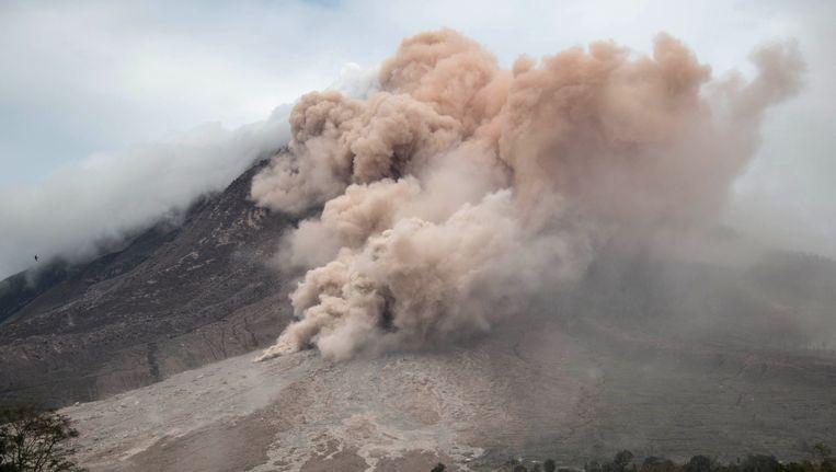 De Sinabungberg op Sumatra tijdens een vulkanische eruptie. Beeld AFP
