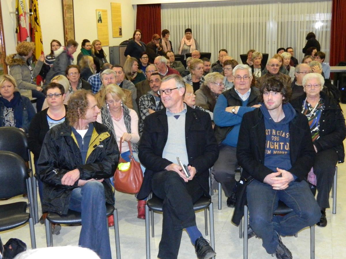 De feestzaal van het gemeentehuis liep helemaal vol voor de vergadering.