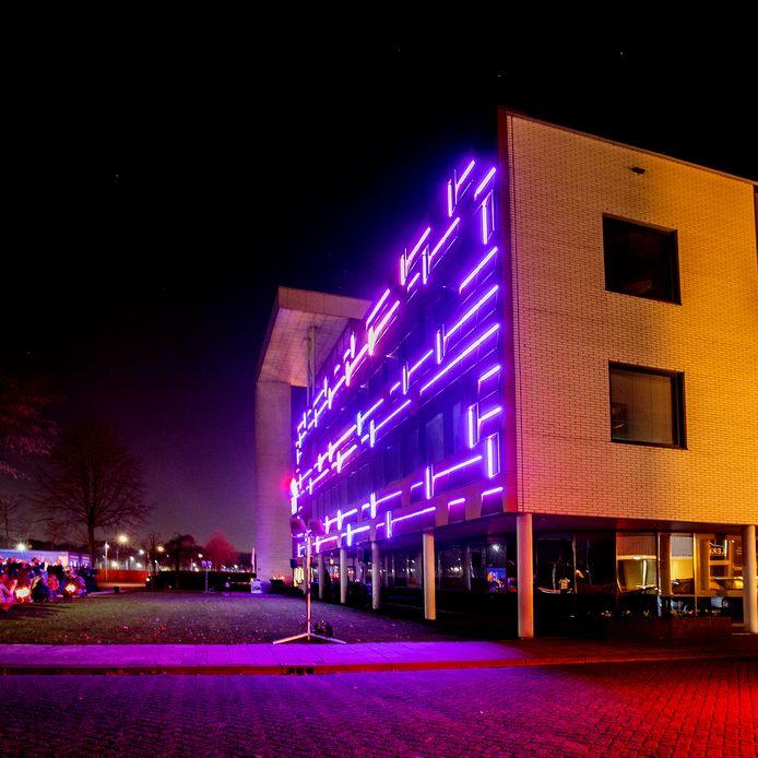 De gevel van Kuijpers installatietechniek in Helmond is de eerste gevel met solar design in Nederland. De kraamkamer stond bij SPARK in Den Bosch.