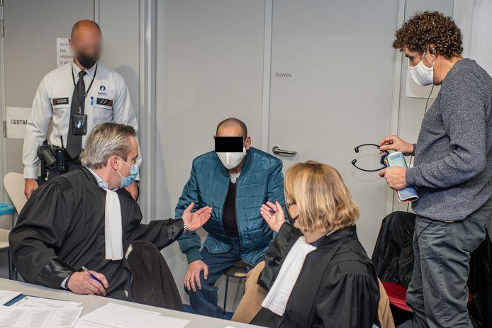 Mohamed Ebrahimi met zijn tolk en advocaten.