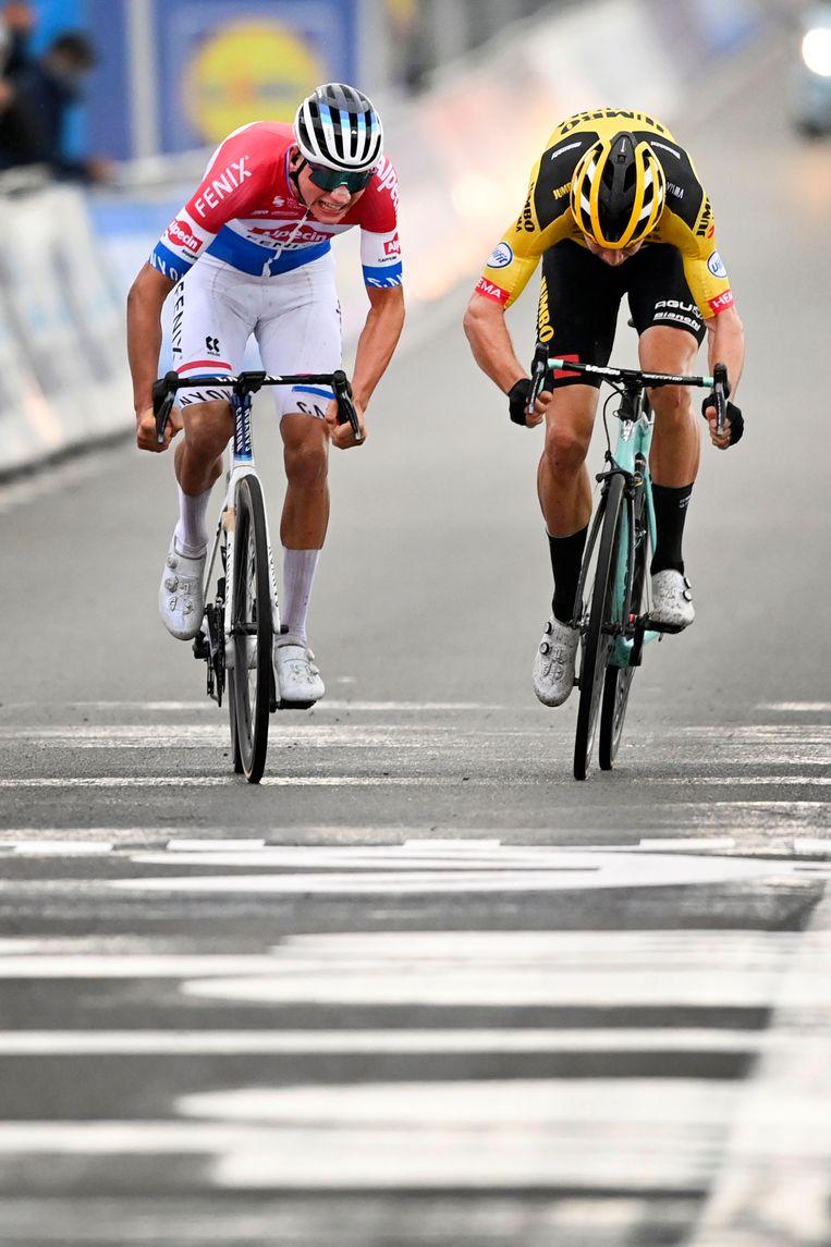 Mathieu van der Poel klopt Wout Van Aert met enkele centimeters tijdens de Ronde van Vlaanderen. Beeld Hollandse Hoogte / BELGA