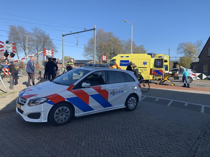 Een ambulancepersoneelslid rolt de gewonde man in de ziekenwagen.