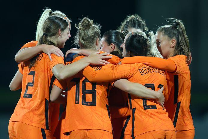 Feest bij de Oranjevrouwen.