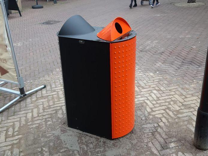 De gekleurde prullenbak op straat.