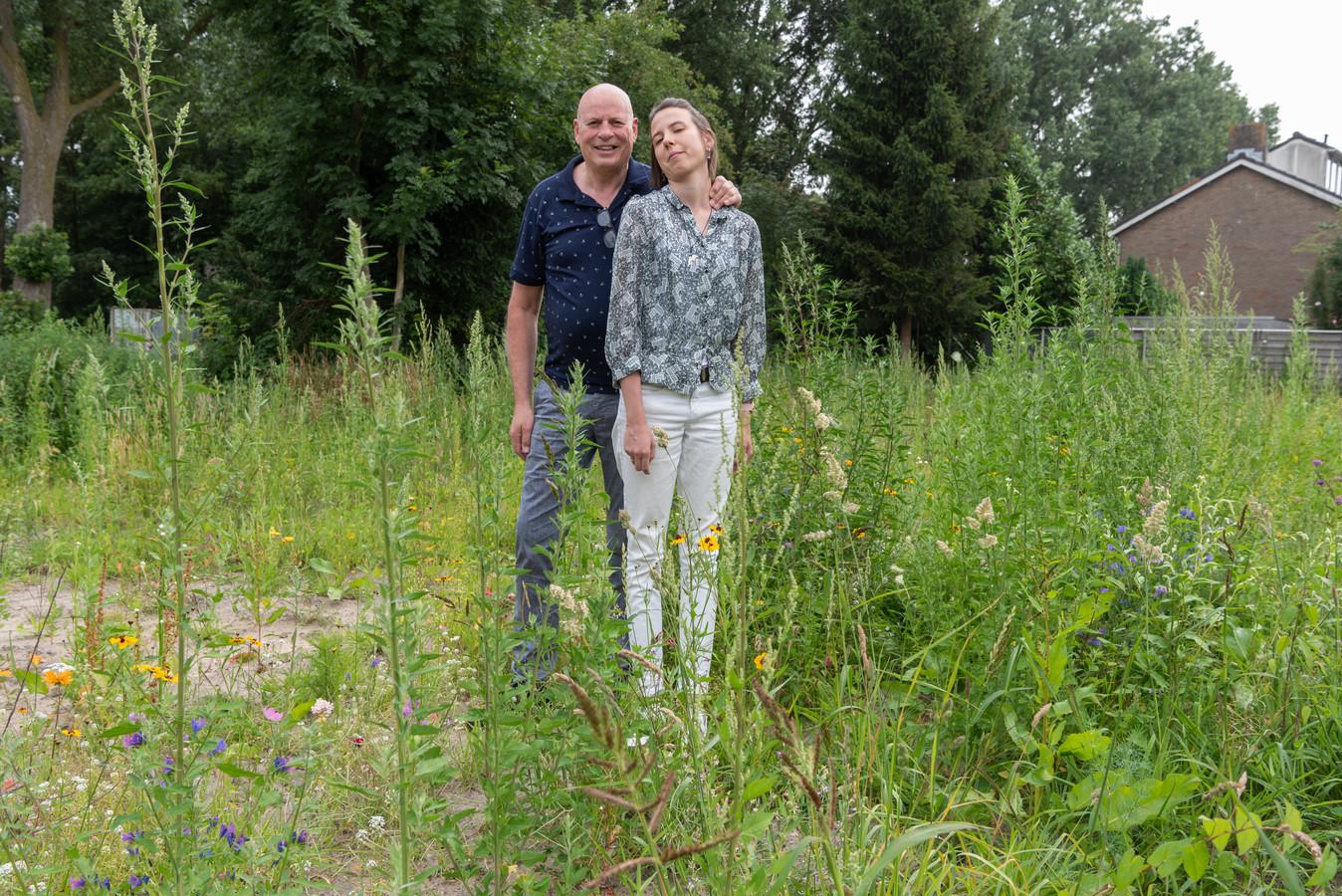 Gill en Samantha Pinchetti op het terein van het oude gasstation, de plek waar het BaarnHuis moet komen.