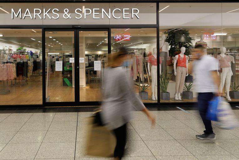 Shoppers bij een Londens filiaal van Marks & Spencer. De warenhuisketen ontslaat duizenden werknemers. Beeld AP