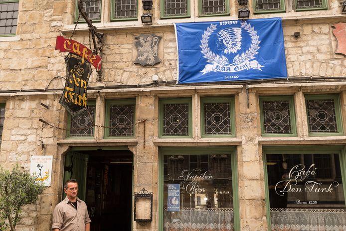 Café Den Turk rechtover het Stadhuis.