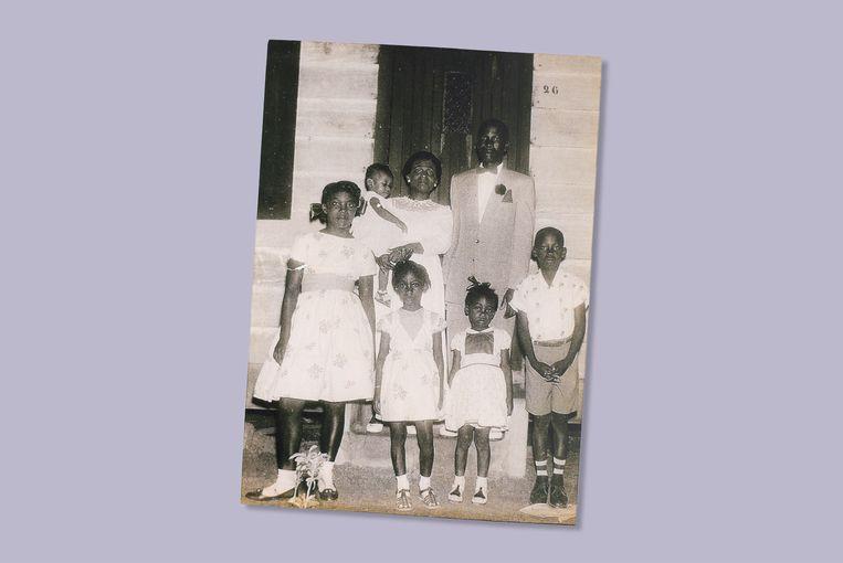 Op het bordes van het huis in Paramaribo. Beeld Prive archief Gerda Havertong