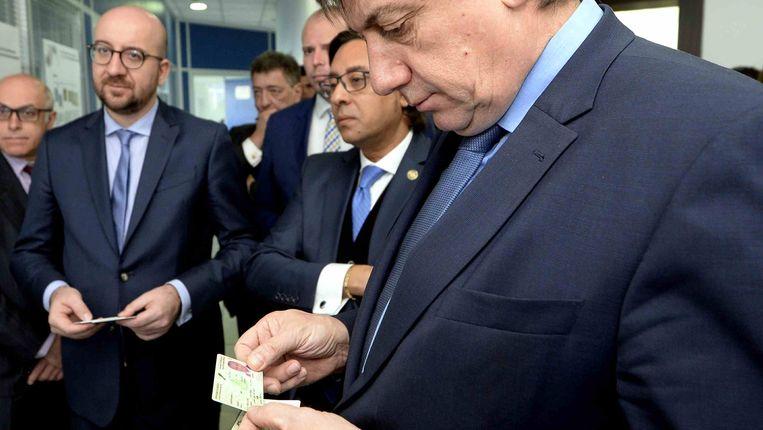 Vingerafdrukken op alle Belgische identiteitskaarten? Minister Jambon (N-VA) heeft er wel oren naar. Beeld BELGA