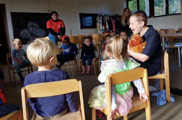 Mie Mol in actie met de kindjes tijdens de speelpleinwerking.
