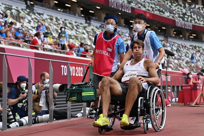 Thomas Van Der Plaetsen wordt per rolstoel afgevoerd en naar het ziekenhuis gebracht.