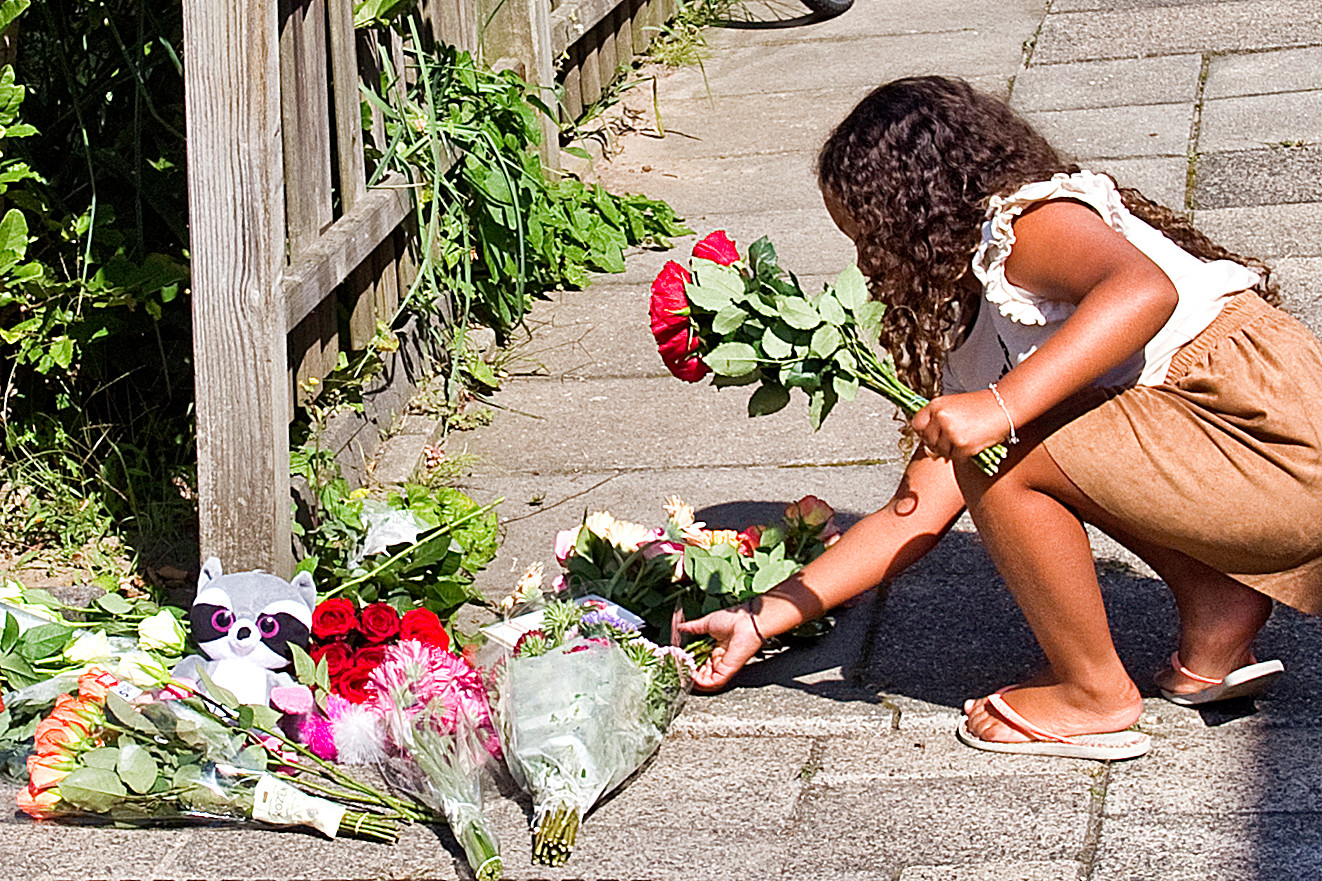 Vandaag legden buurtbewoners bloemen voor het huis aan de Heimerstein waar gisteren 4 doden waren te betreuren na een familiedrama.