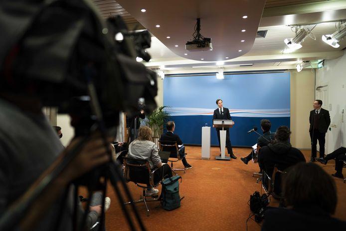 Premier Mark Rutte maakt het aftreden van zijn kabinet bekend.