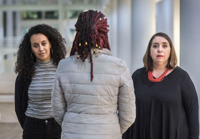 Grote problemen voor dakloze moeders die maar geen woning kunnen krijgen. Helemaal rechts Fatima Faid, links Mariam El Maslouhi, beiden van de Haagse Stadspartij. Tussen hen in bejaardenverzorgster Nicol Carty.