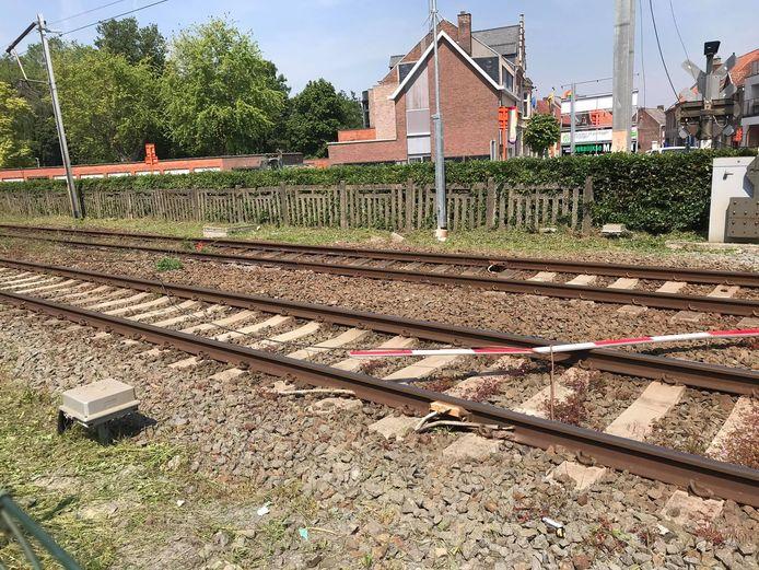 De bovenleiding kwam op de sporen te liggen.
