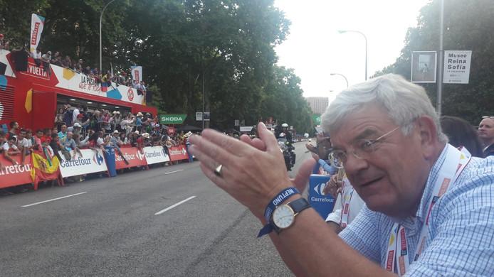 Staat de Utrechtse burgemeester Jan van Zanen, hier bij de finish van de Vuelta in Madrid, deze zomer net zo enthousiast langs het parcours? Binnenkort weten we meer.