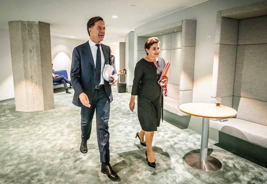 Hier nog lachend samen, later in het debat tegenover elkaar: demissionair premier Mark Rutte en Lilianne Ploumen (PvdA).
