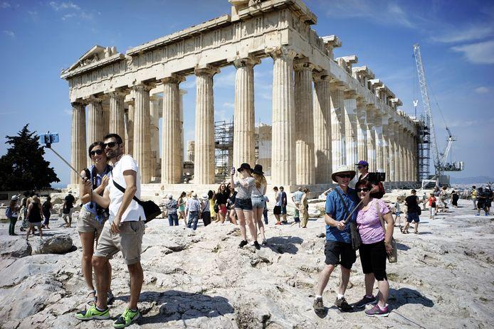Toeristen bij de Akropolis in Athene (archiefbeeld).