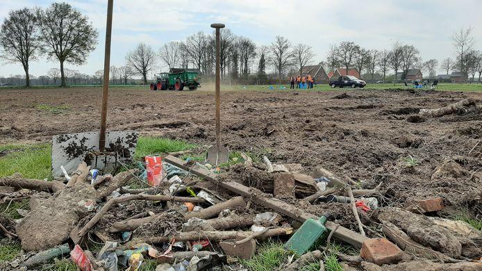 Maaisel en slib uit bermsloten wordt tussen Rossum en Weerselo uitgereden en wordt van plastic, blik, glas en steen ontdaan.