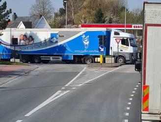 Vrachtwagen in panne zorgt voor verkeerschaos aan rotonde