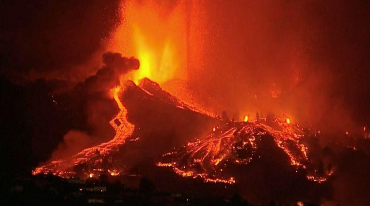 De lavastromen in de nacht van zondag op maandag. Beeld via Reuters