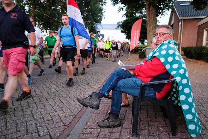 Wandelaars worden aangemoedigd in Oosterhout.