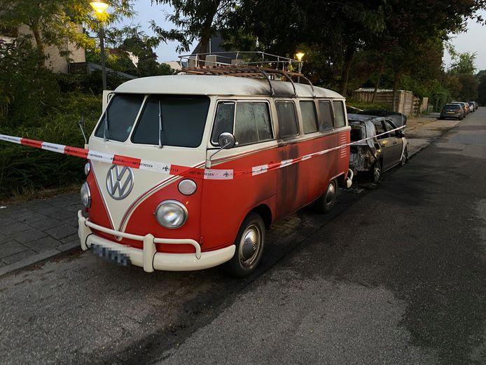 Een gerestaureerde, klassieke Volkswagenbus is aanzienlijk beschadigd. Volgens de eigenaar is het een flinke klus om de schade te herstellen.