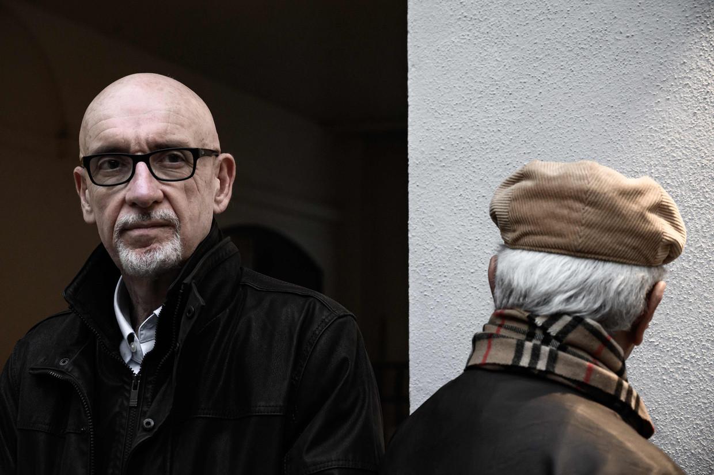 Georges Salines, die zijn dochter Lola verloor in de Bataclan, twijfelde of hij dit boek wel moest schrijven. 'Maar ik hoop dat we een schokeffect teweegbrengen, een debat ontketenen.' Azdyne Amamour (r.) wil onherkenbaar blijven. Beeld AFP