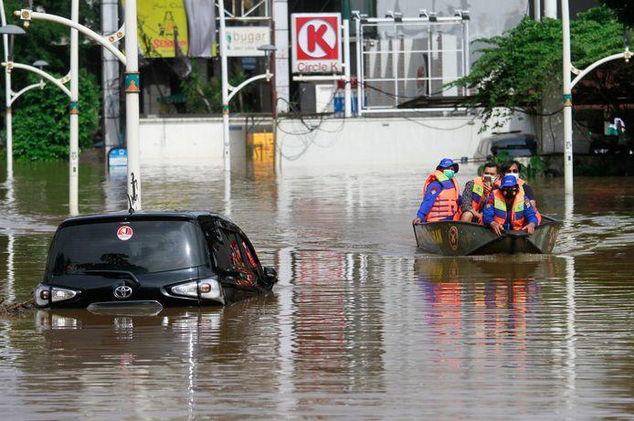In Jakarta staat het water op sommige plaatsen tot twee meter hoog.