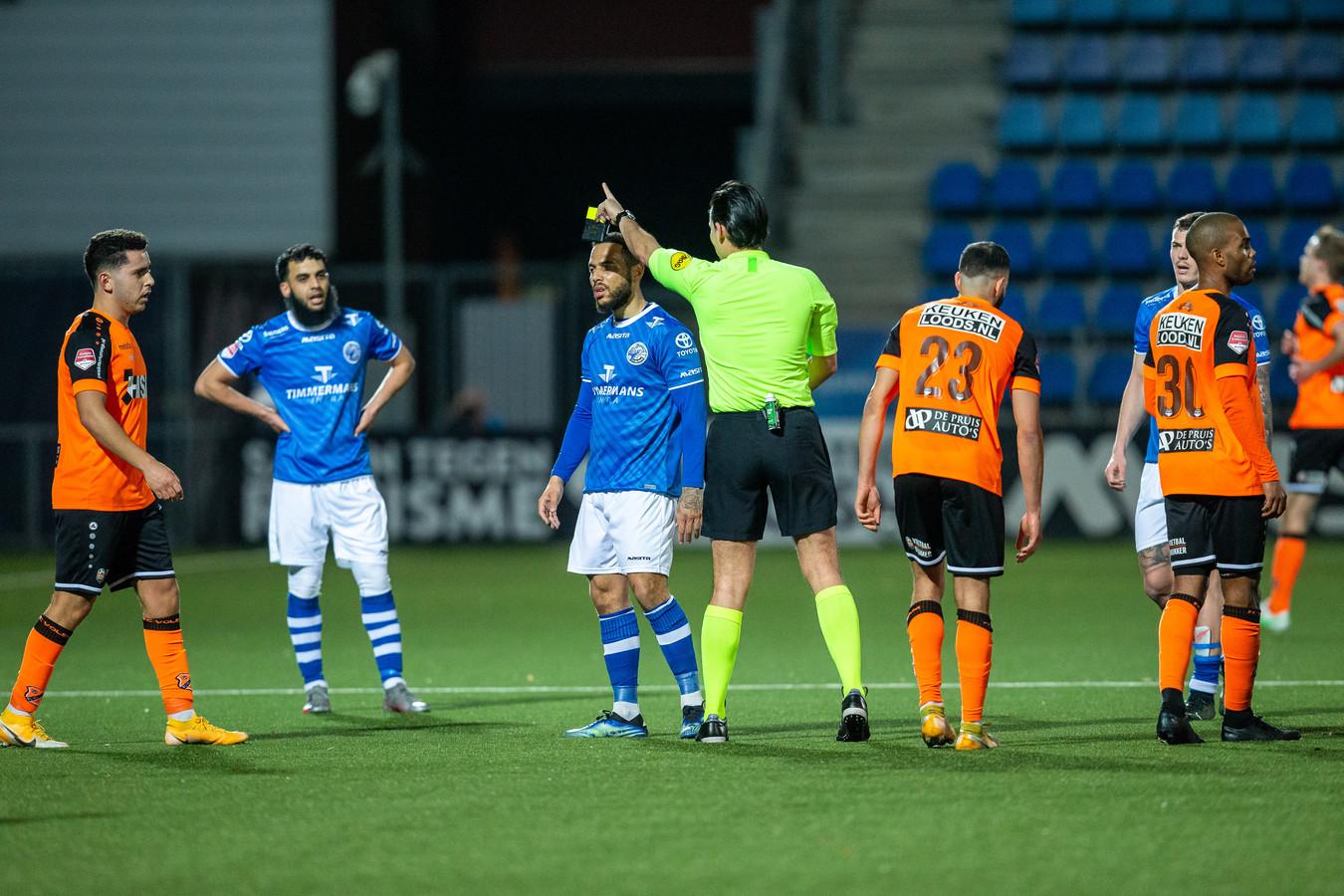 Scheidsrechter Cantineau stuurt Dwayne Green (derde van links) uit het veld in de wedstrijd tegen FC Volendam.