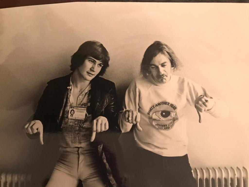 Johnny Logan (l) en Shay Healy, de schrijver van het nummer What's another year, in 1980 ergens in de catacomben van het Congresgebouw in Den Haag. Het was de week van het Songfestival, de fotograaf vroeg hen om een foto met de duimen omlaag, voor als het slecht zou aflopen.