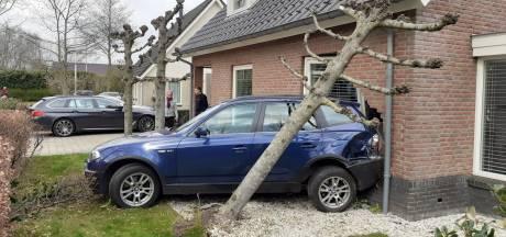 Overbuurman rijdt met 'op hol geslagen' auto Linda's woning in Nijkerk binnen: 'Het glas lag echt overal in de kamer'