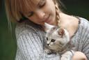 De kattenoppas is een opkomend fenomeen. Steeds meer kattenbazen houden tijdens de vakantie hun huisdier het liefste op een plek die hij al kent.