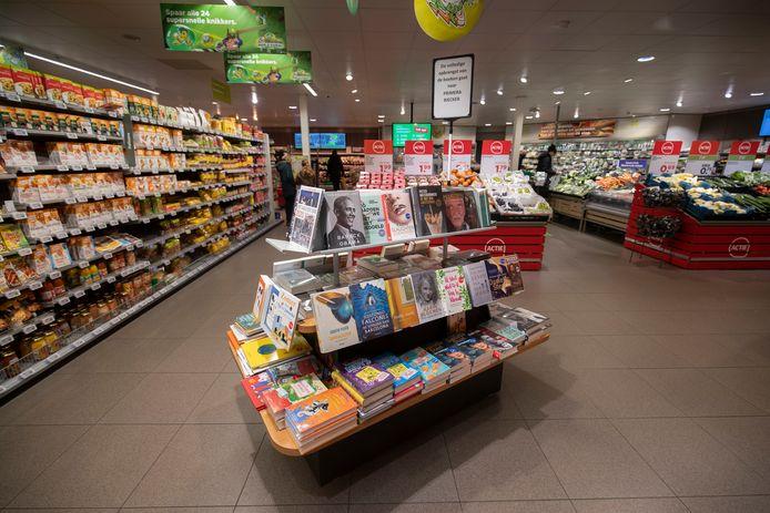 De ene ondernemers van winkelcentrum De Botter helpt een andere: de boeken van Primera Riecker staan tijdelijk bij de Plus-supermarkt.