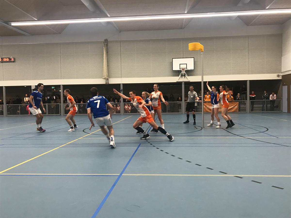 De korfballers van OVVO/De Kroon wonnen in Maartensdijk van Tweemaal Zes.