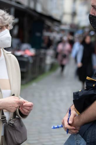 """""""Waarom iets in je lijf laten spuiten als je toch niet ziek wordt?"""": vaccinatietwijfel zorgt voor gevaarlijke coronacocktail in Molenbeek"""