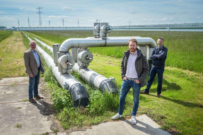 Job van den Berg, Marnix Vink en Dirk Pieter van der Meer vertellen over de plannen voor een klein biomassacentrale op deze locatie in glastuinbouwgebied Plukmade.