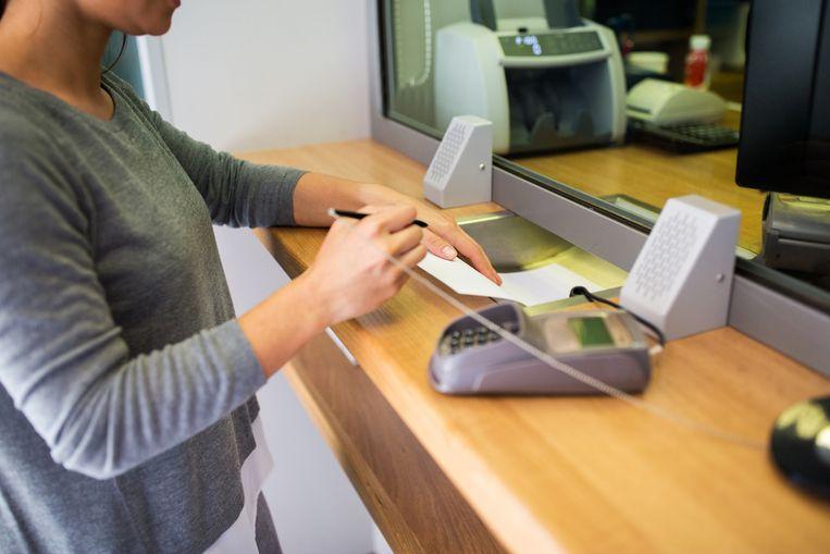 Negen op de tien bevraagden stapten het afgelopen jaar toch nog eens een filiaal van hun bank binnen. Beeld Shutterstock