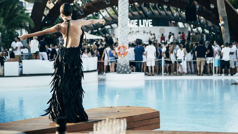 In hotel/club/zwembad Destino wordt gefeest en gepronkt. Beeld Joris Casaer